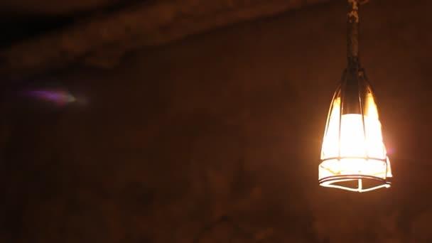 Sótano oscuro lámpara columpios — Vídeo de stock