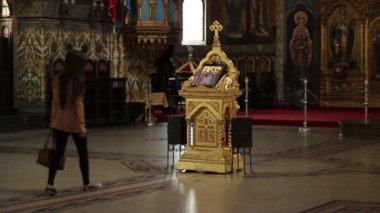Girl Worshiping in Orthodox Church — Stock Video