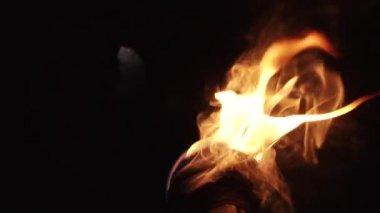 Hand-Held-Taschenlampe in der Dunkelheit — Stockvideo