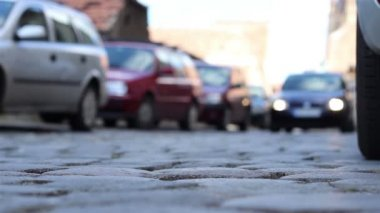 Ground View Cobblestone Street Cars — Stock Video