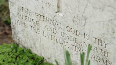 Inschrift auf Grabstein — Stockvideo