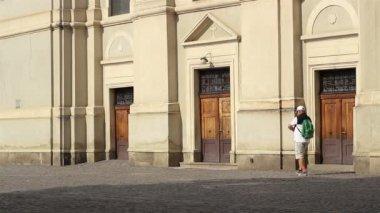 Man med ryggsäck går in i kyrkan — Stockvideo