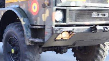 Vojenské nákladní automobil a dělo — Stock video