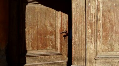 Old Wooden Door is Closing — Wideo stockowe