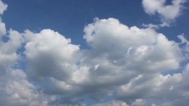 Puffy Clouds on Blue Sky Timelapse — Stock Video