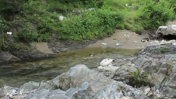 Contaminación en la orilla del río — Vídeo de stock