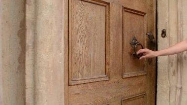Woman Uses Door Knocker — Stock Video