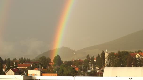 Arco iris sobre la ciudad — Vídeo de stock