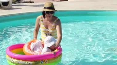 Mother and Daughter at Pool — Vídeo de Stock