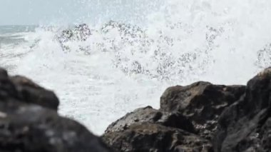 Big Waves Break on Rocks — Stock Video