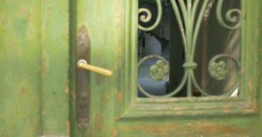 Vintage dörr på innergården — Stockvideo