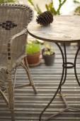 Rieten leunstoel en tabel — Stockfoto