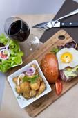 Hamburger and salad — Fotografia Stock