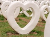 White heart statues — Stock Photo