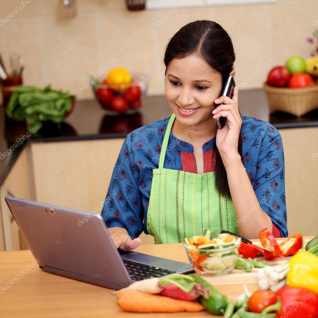 Mujer trabajando con la tableta y hablando por teléfono ...
