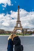 Silhueta de turista loira embaçada duas meninas sobre a Torre Eiffel em Paris — Fotografia Stock