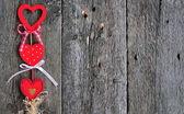 Liebe handgemacht Herzen auf Holz Textur Hintergrund, Valentinstag-Karte-Konzept — Stockfoto