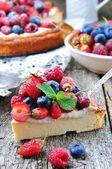 Quark-Auflauf mit frischen Erdbeeren, Heidelbeeren, Himbeeren und Minze und Puderzucker — Stockfoto
