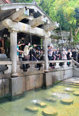 Shinto believers rinse their mouths and clean their hands — Stock Photo
