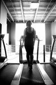Ragazza sportiva cammina sul tapis roulant — Foto Stock