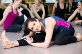 Yogi girl exercising in class — 图库照片