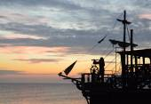 Silhouette of a pirate ship at sunset — Stock Photo