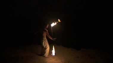 Skilled fire dancer performs fire spinning with staff, in slow motion (60 fps) — Stock Video