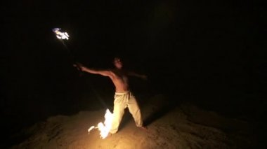 Skilled fire dancer performs fire spinning with staff, slow motion (60 fps) — Stock Video