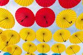 Wiele otworzyć w niebo parasole dają gwarancję, że deszcz nie zepsuć dzień. Czerwony, żółty i niebieski parasol. Kijów, Ukraina. — Zdjęcie stockowe