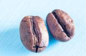 Roasted coffee beans on blue background. — Stock Photo