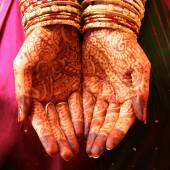 Henna Hands and Bangles - Indian wedding  — Stock Photo