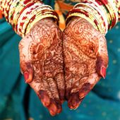 Beautiful Indian bride's hands with  henna design — Stock Photo