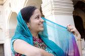 Mulher de indain traditonal jovem alegre — Fotografia Stock
