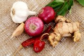 Onions, garlic, red chilli, ginger, isolated on burlap sack  — Foto Stock
