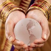 Szkło globe w rękach — Zdjęcie stockowe