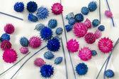 Rosa och blå blommor på en bordsduk — Stockfoto