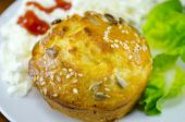 Corn bread with sesame on a plate — 图库照片