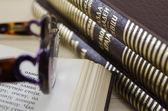 Bruin boeken en glazen — Stockfoto