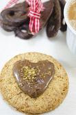 Ovesné sušenky s krémem a čokoládou na bílém pozadí — Stock fotografie