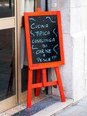 Tablica reklamowa poza włoską restaurację — Zdjęcie stockowe