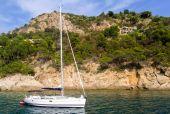 A sailing boat near the coastline of Costa Brava, in Spain — Stock Photo