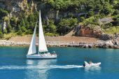 Boats sailing near the coastline — Stock Photo