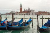 Las góndolas amarran en la laguna de Venecia — Foto de Stock
