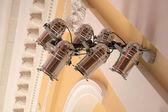 Equipamento para iluminação de palco, pendurado na parede no concerto — Fotografia Stock