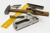 Hammer, gon, stapler and staples to him on a white background. — ストック写真