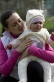 Mooie moeder en baby buitenshuis. — Stockfoto