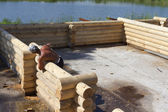 Carpenters lay out of logs wall of a new home. — Stock Photo