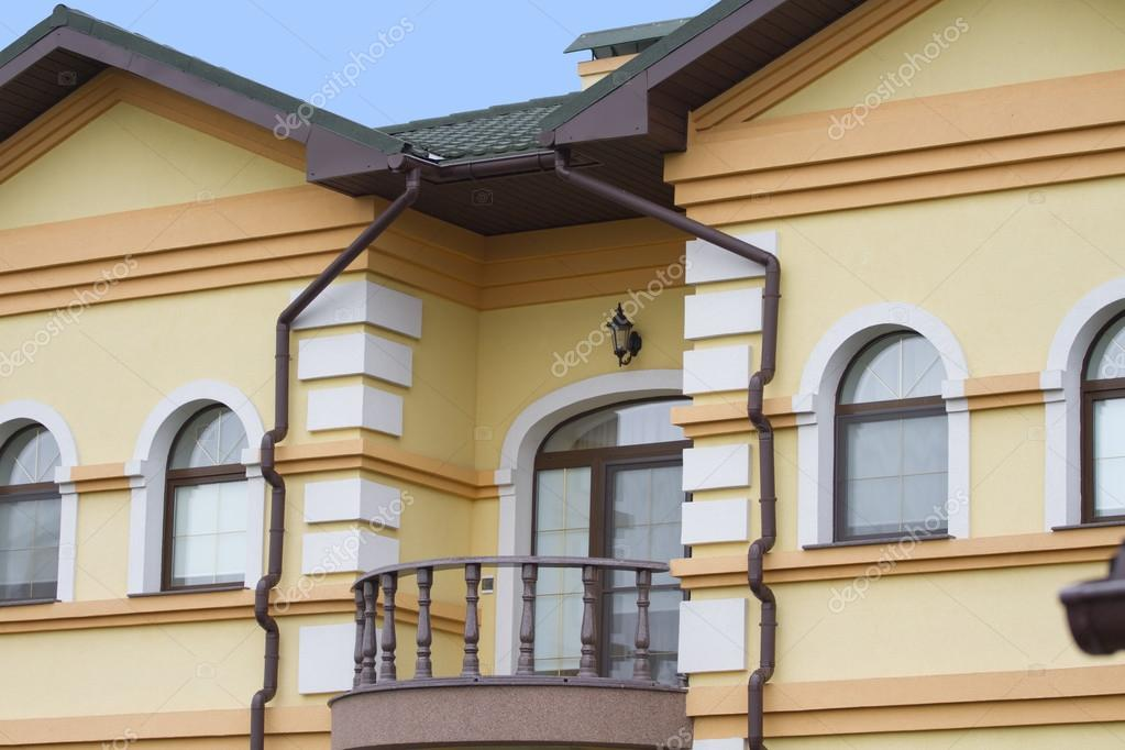 Balcon arrondi sur la fa ade de la maison photographie for Balcon facade maison