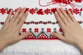 Hands girls embroider traditional Ukrainian pattern. — Stock Photo