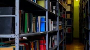 Bücher in regalen — Stockvideo